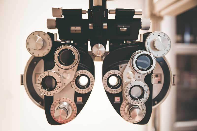 Examen de la vue par un optométriste chez Les Branchées lunetterie